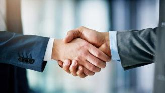 Zwei Männer schütteln sich die Hände - Nahaufnahme