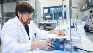 Ein Chemiker arbeitet im Labor.