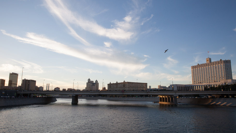Fluss mit Brücke und Gebäuden im Hintergrund